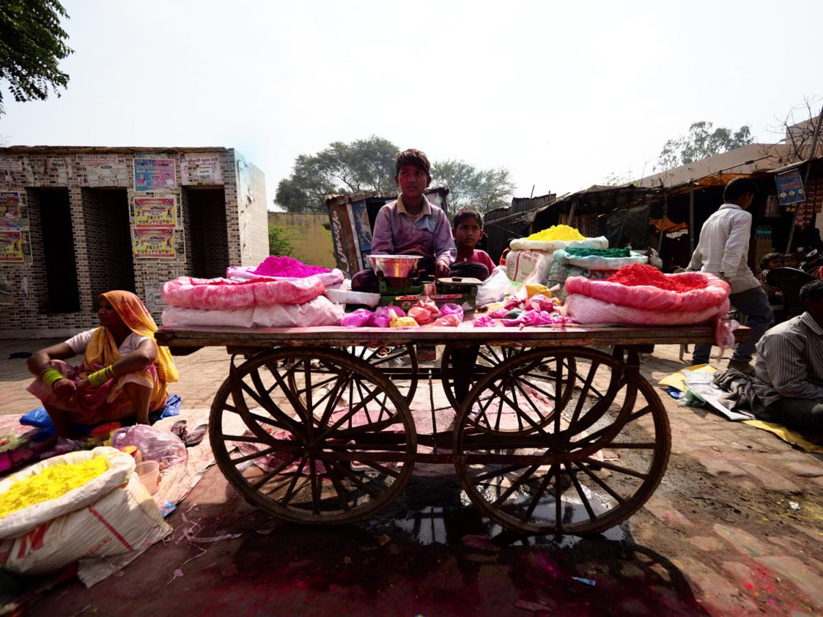 Viaje Fotográfico Holi Photoplanet. Niños vendiendo tintes en Festival Holi, India