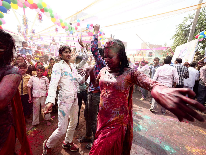 Viaje Fotográfico Holi Photoplanet. Mujer en Festival Holi, India