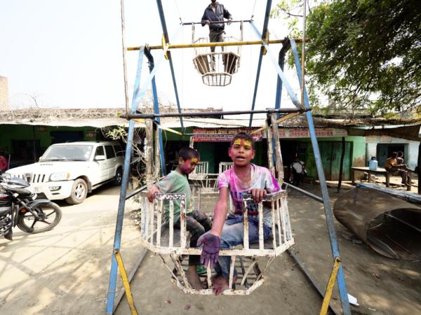 Viaje fotográfico festival holi, india. Photoplanet Viajes Fotográficos. niños holi