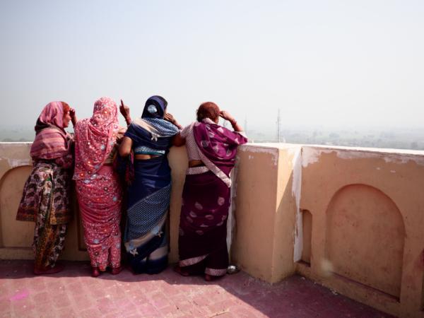 Viaje fotográfico festival holi, india. Photoplanet Viajes Fotográficos. diversión holi, mujeres holi