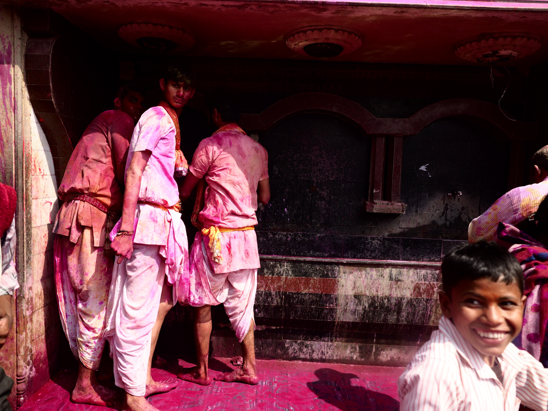 Viaje fotográfico festival holi, india. Photoplanet Viajes Fotográficos. diversión holi, hombres holi