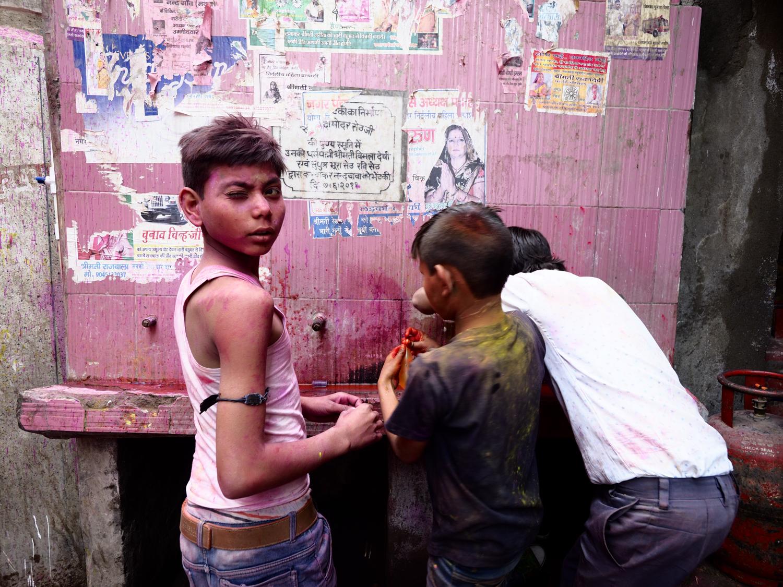 Viaje fotográfico festival holi, india. Photoplanet Viajes Fotográficos. color, niños jugando