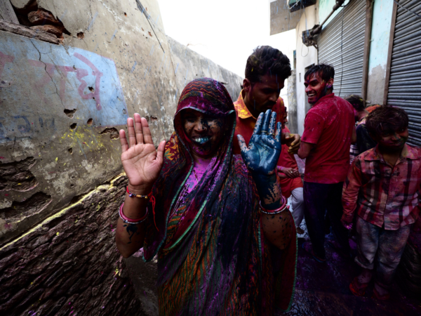 Viaje fotográfico festival holi, india. Photoplanet Viajes Fotográficos. detalle mujer