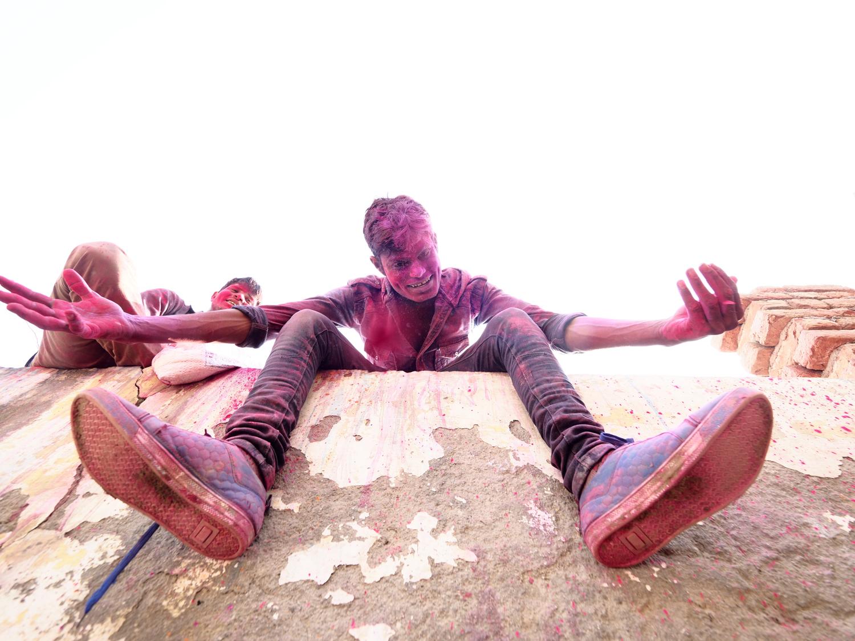 Viaje fotográfico festival holi, india. Photoplanet Viajes Fotográficos. detalle chico pies