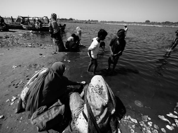 Viaje fotográfico festival holi, india. Photoplanet Viajes Fotográficos. fotografía byn holi
